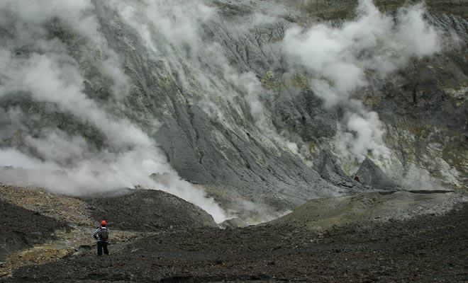 Geen soort vegetatie kan overleven op het oppervlak van de vulkaan. Je zou denken dat je op een andere planeet van het zonnestelsel zit.