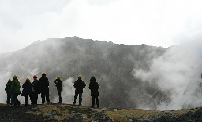 De actieve vulkaan rommelt en fluistert voortdurend. Wees er zeker van, de mate van activiteit wordt voortdurend gemeten door de vulkanologen.