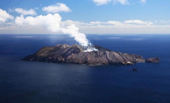 De witte wolk boven het White Island geeft geen uitbarsting aan. Dit zijn de dampen die voortkomen uit het centrale meer.