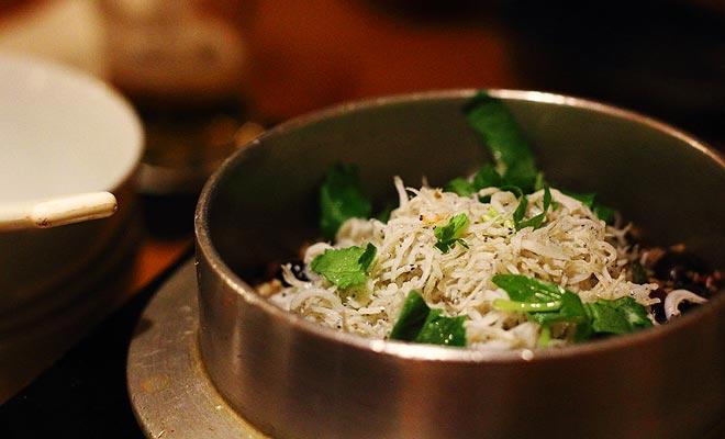 Het whitebait seizoen wordt verwacht door een heel land. Dit frituur wordt geserveerd in de beste restaurants.