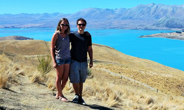Julie y Quentin de VeryNZ Viaje en frente del lago Tekapo.