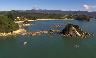 Hay dos grandes paseos en el parque de Abel Tasman, pero el que corre a lo largo de la costa que es el más agradable.