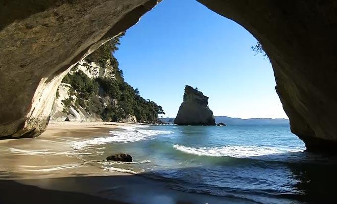 La pequeña playa está en la península de Coromandel.