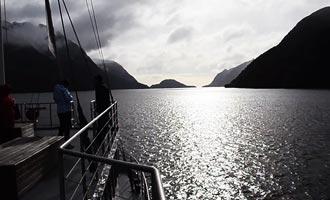 De fjordtour is in de winter goedkoper en u kunt het sneeuwlandschap bewonderen.