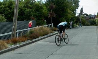La subida de la calle más empinada del planeta es posible en bicicleta. Sin embargo, es necesario tener terneros hechos de acero endurecido.