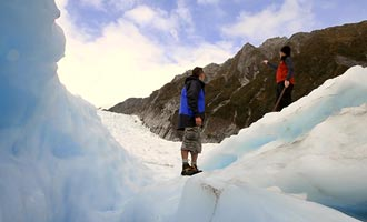 Las cuevas de hielo azul son el punto culminante de la visita. Te sientes como si estuvieras bajo el océano.