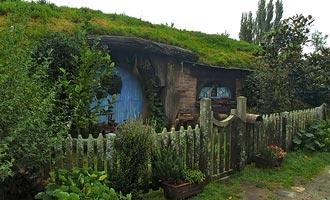 De gids die bezoekersgroepen vergezelt, vertelt u alles over de hobbits.
