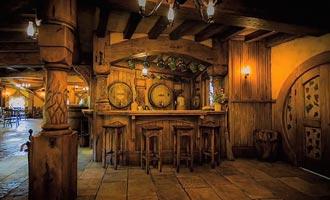 De Green Dragon Inn biedt cider voor iedereen of bier voor volwassenen.