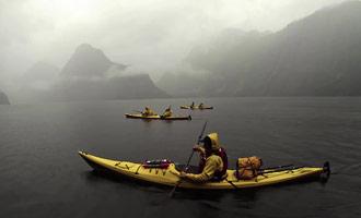 Zelfs in de mist blijft de fjord spectaculair en indrukwekkend.
