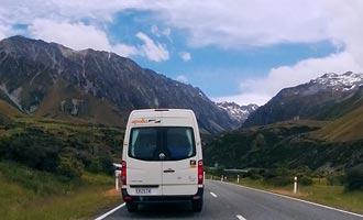 Para llegar al pueblo de Hermitage, siga el camino a lo largo del lago Pukaki.