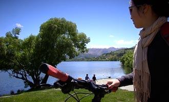 Los senderos de bicicleta van alrededor del lago y profundamente en la tierra.