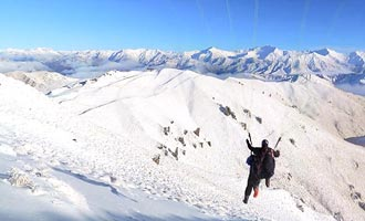 De paragliders rushen uit de top van de skyline, inclusief in de winter.