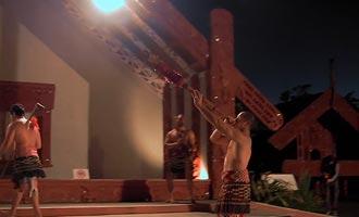 Las tradiciones maoríes pueden ser descubiertas en museos, pueblos reconstituidos o espectáculos.