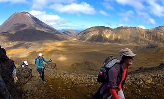 Il primo passo è raggiungere i laghi turchesi, poi attraversare il cratere centrale e finire nella foresta verso il lago di Rotoaira.