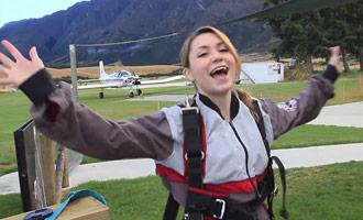 Nadine nodigt u uit om haar parachute sprong in Nieuw-Zeeland bij te wonen.