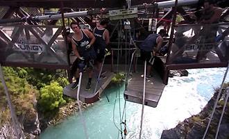 El salto de bungee sobre este río turquesa es famoso. ¿Listo para probar?