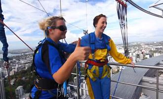 Este documental presenta el salto en el vacío desde la cima de la torre más alta del Pacífico.