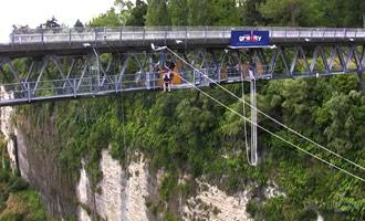 Saltar desde el puente es uno de los más aterradores de todo el país, y necesitará una buena dosis de valor para poder saltar.