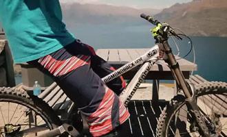 Se necesita un buen nivel técnico para practicar descensos rápidos en bicicleta de montaña.