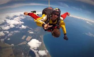 Hier is een video van een parachutesprong die boven het Taupo-meer is gefilmd door een skydiving instructeur.