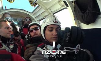 Het NZone-bedrijf is gespecialiseerd in parachutespringen en dit rapport toont het proces.