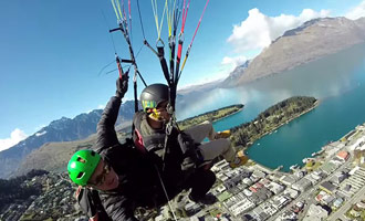 Hier is een video opname door een professional tijdens een paragliding reis over Lake Wakatipu.
