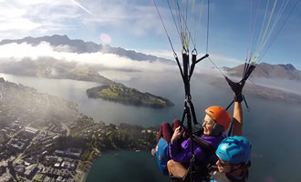 Un video que muestra un vuelo de parapente en tándem sobre la capital de la aventura en Nueva Zelanda.