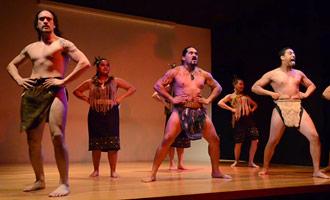 Un funcionamiento maorí tradicional de la danza en el museo conmemorativo de la guerra de Auckland.