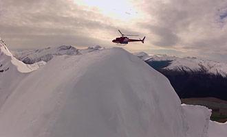 La parte superior de la parte superior se depositará en el símite de una montaña para descender en esquí fuera de pista.