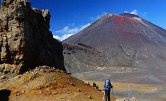 Son principalmente los volcanes majestuosos e inquietantes que han hecho la reputación de esta gran caminata de unos veinte kilómetros.
