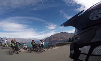 Hacer paseos en bicicleta hermosa en la ladera de la montaña.