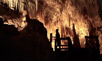 Tienes que reservar para visitar Aranui cueva, famosa por sus estalactitas de color rosa.