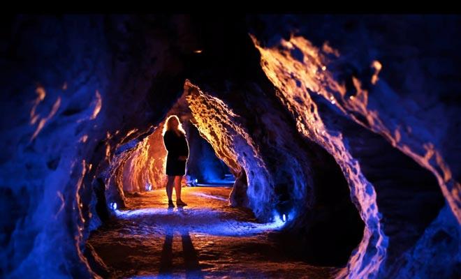Er worden meerdere grotten bezocht. De drie bekendste zijn Glowworm Cave, Ruakuri Cave en Aranui Cave.
