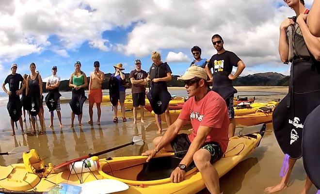 S'inscrire à une sortie avec un guide permet d'appréhender les rudiments du kayak.