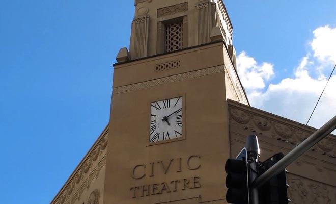 The Edge et son Civic Theatre accueillent une grande partie des manifestations culturelles.