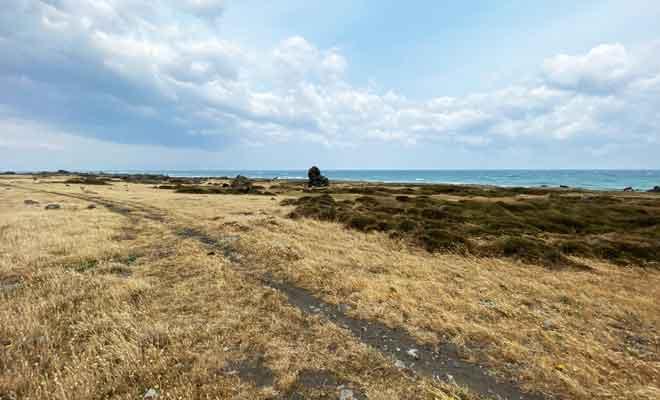 Survol des plaines et des falaises