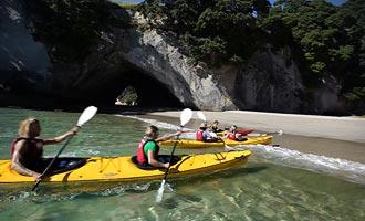 La meilleure manière d'accoster en kayak consiste à venir s'échouer dans le sable.