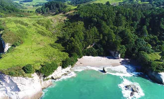 Survol de la plage en drone