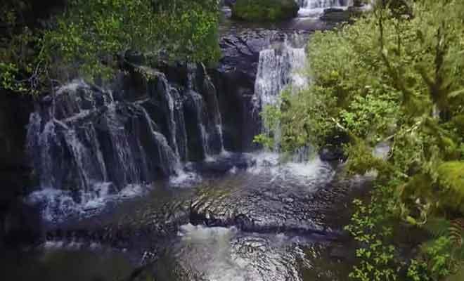 La cascade en forêt vue du ciel