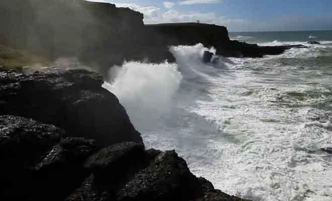 Les vagues de l'océan qui heurtent les rochers de Slope Point