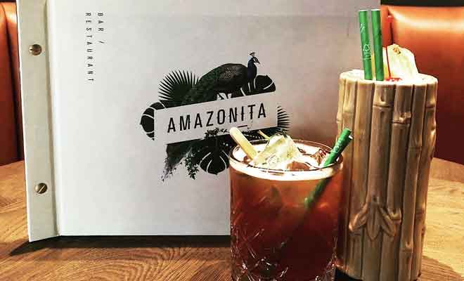 Préparation d'un cocktail au bar de l'Amazonita