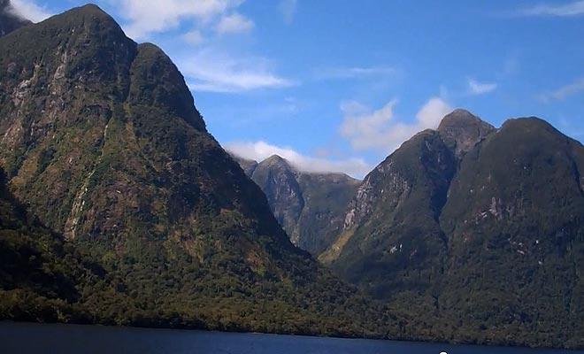 Lorsque l'on coupe les moteurs, on entend uniquement le bruit du vent et des oiseaux dans l'immensité du fjord.