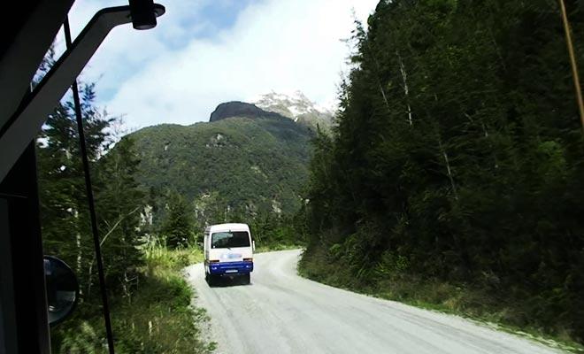 L'excursion qui se déroule sur une journée complète impose de traverser le lac Manapouri puis les montagnes.