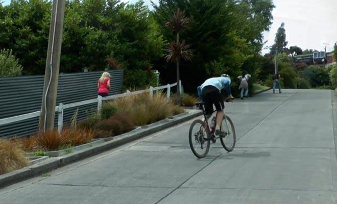 L'ascension de la rue la plus en pente de la planète est possible à vélo. Il faut cependant avoir des mollets en acier trempé.