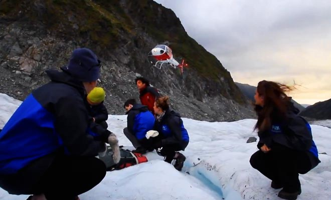 Le guide qui accompagne les visiteurs connait le glacier par coeur. Il vous emmène à la découverte des grottes de glace.
