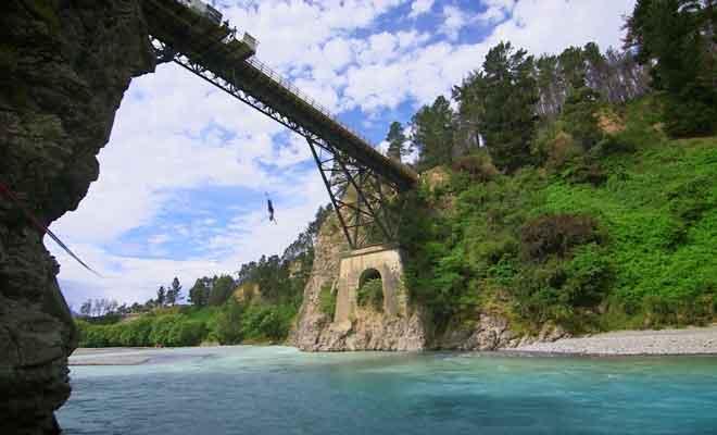 Découvrez le saut à l'élastique depuis le pont de Waiau River.