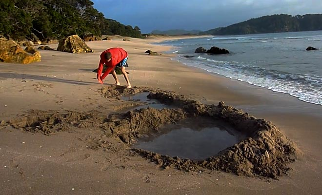 Il faut creuser dans le sable de la plage pour faire remonter la source à la surface.