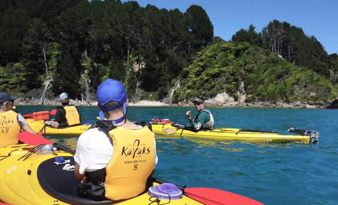 Prenez une leçon de kayak dans le parc d'Abel Tasman.