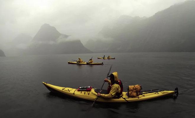 Même dans le brume, le fjord reste spectaculaire et impressionnant.