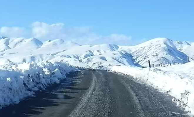 Route sous la neige en hiver